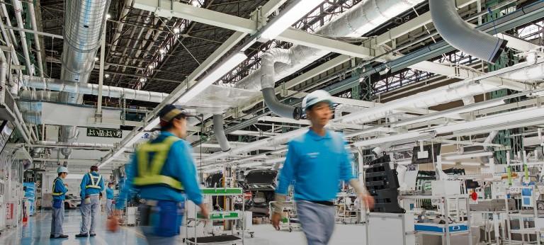 Mitarbeiter mit Schutzhelmen machen eine Pause an der Produktionslinie Toyota Mirai im Motomachi-Werk des Unternehmens.